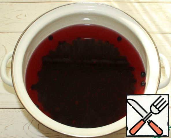 Boil water with sugar. Add the washed and peeled mountain ash fruits, cook for 7-10 minutes (from the moment of boiling).