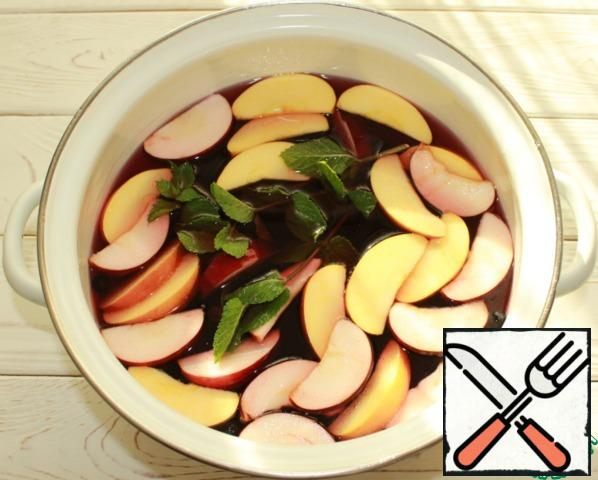 Then add the washed apples, cut into arbitrary pieces without a core and clean mint sprigs, bring to a boil, turn down the heat and cook for another 3-4 minutes, remove from heat.