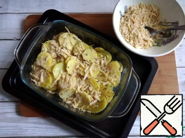 Sprinkle the potatoes with a mixture of breadcrumbs with cheese, half.