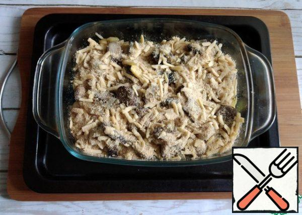 Sprinkle the second half of the breadcrumbs with cheese on top. We put it in the oven to bake for 10 minutes at the same t-180 C. Everything is ready in our dish. Let the cheese melt.