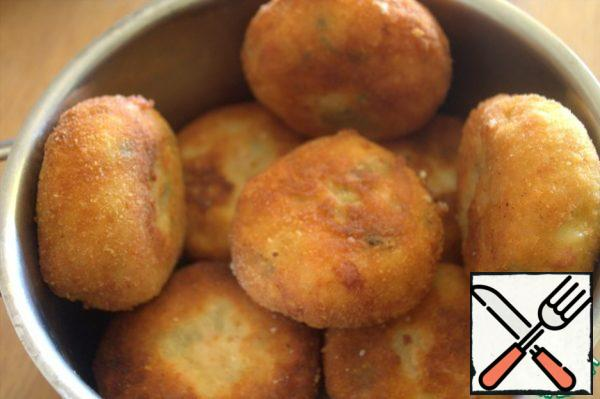 We take out the finished fried bombs on a napkin, then put them in a saucepan under the lid so that they do not cool down.